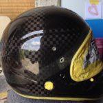 競艇選手のヘルメットにエアブラシ